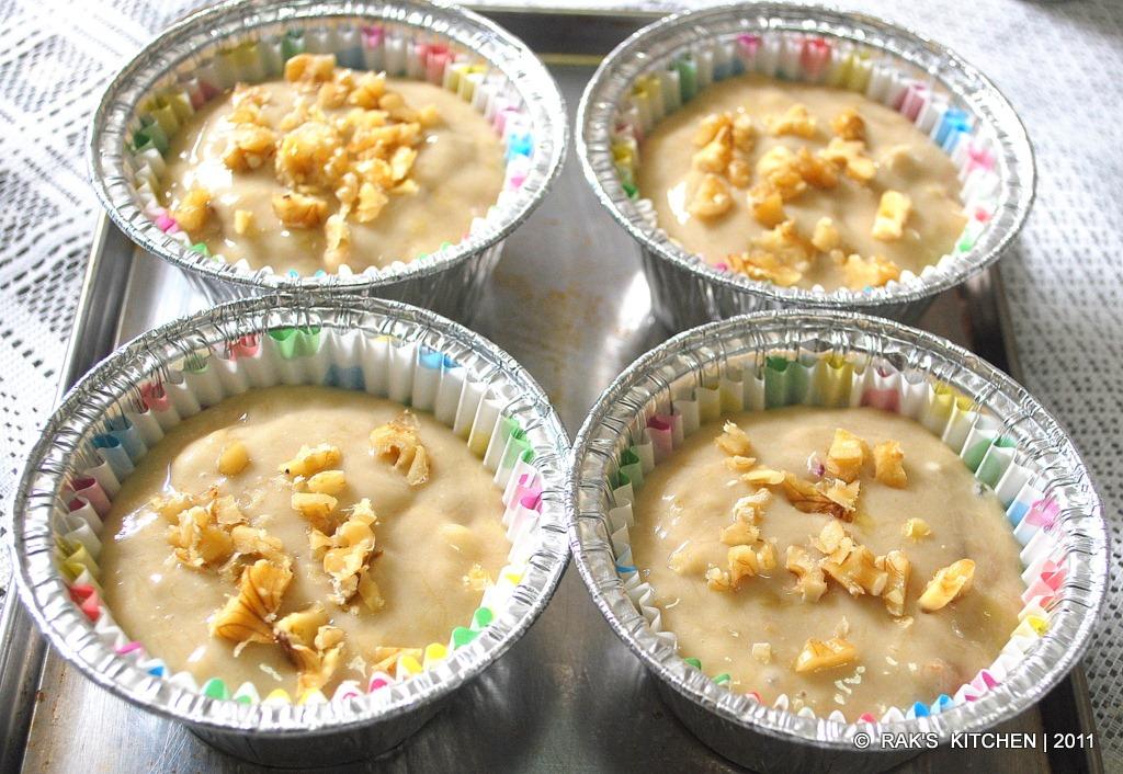 bake eggless banana walnut muffins